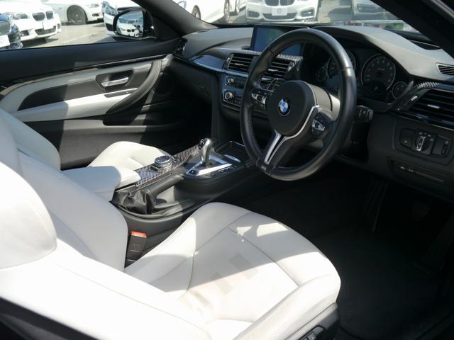 質感の高い専用装備のシルバーストーンレザーシートです!ポジション変更は電動で行え、冬季に重宝するシートヒーターも内蔵されております!