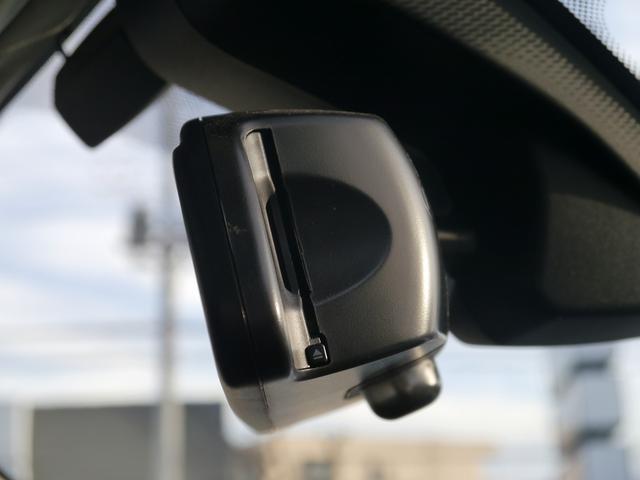 ルームミラーと一体型のDSRC車載器です。今までより、より細かく正確な交通状況をナビゲーションマップに表示することができるようになりました。