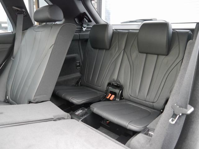 いざという時に必要になる、3列7人乗り車輛でございます。BMWでは大変希少な装備でございます。3列目シートを倒せば荷物も多く乗りますので、非常に便利です。