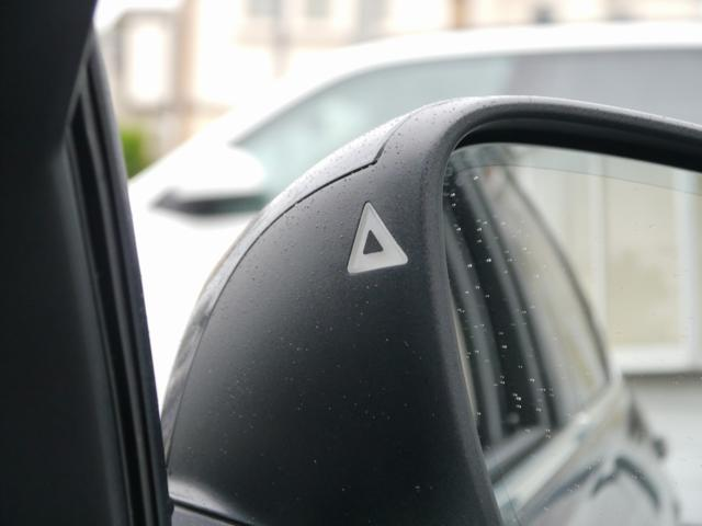 ドライバーから死角になる左右後方の車両や、追い越し車線上を急接近してくる車両を認識してドア・ミラー内側に組み込まれたインジケータを点滅させ、ドライバーに警告します。