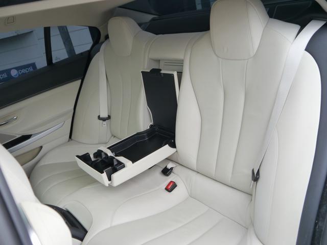 後席も質感高いアイボリーダゴダレザーを使用し、十分なスペースがあります。シートヒーターを完備しており、ゆったりとおくつろぎいただけます。