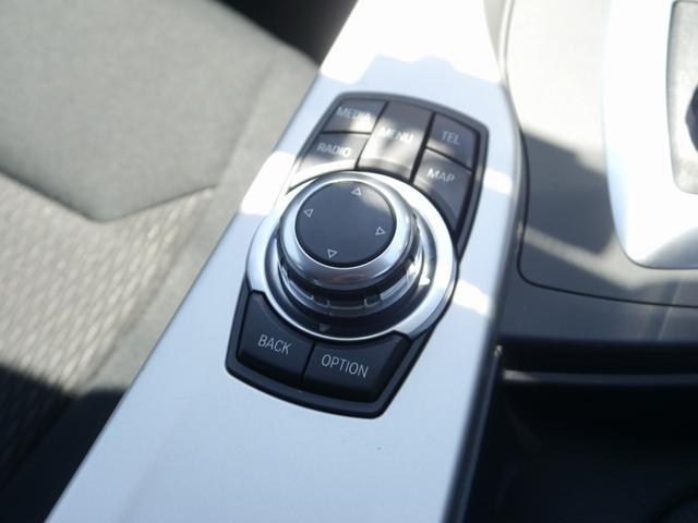 シフトノブ後方のダイヤルで、ナビ オーディオの操作が可能です。安全性を考慮して、ドライビングポジションを崩さずに全ての操作が可能なように設計されています。