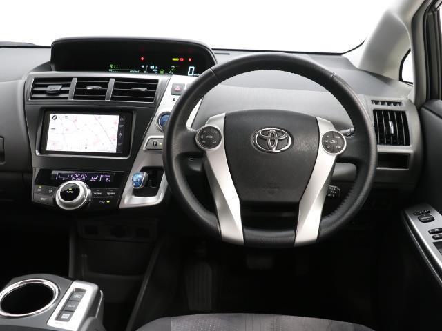 シンプルながら機能性あふれる運転席周りです。 使いやすいスイッチ類の配置によりとても運転しやすいですよ。