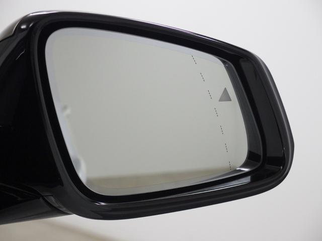 レーンチェンジウォー二ングは、リヤバンパーのセンサーが、死角になる左右後方の車両や、追い越し車線上を接近してくる車両を認識してドア・ミラー内側に組み込まれたインジケータを点滅させドライバに警告します