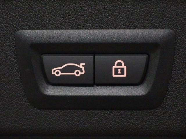 オートマチックトランクリッドはリモコンキーでの操作はもちろん、リヤバンパーの下で足を軽く動かすだけで手を触れずに開閉することもできます。