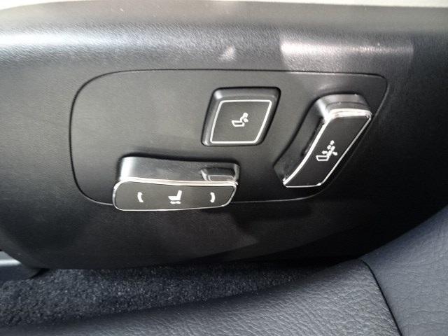 運転席・助手席ともにパワーシートが付いているので、シートポジションの微調整が可能です。