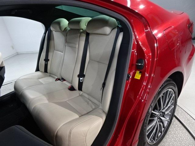 後席シートの画像です。後席も十分な足元スペースを確保しています。