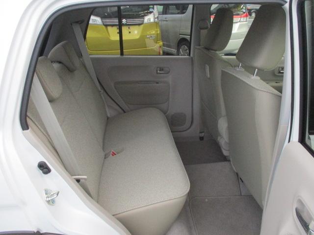リヤシートはスライド機構はございませんが広々しています。