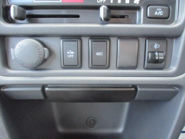 誤発進抑制機能のスイッチと4WDと2WDへの切り替えのスイッチです。