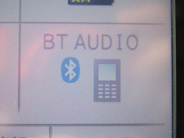 Bluetooth機能で、携帯電話と簡単接続♪携帯電話内の音楽をお車のステレオで再生したり、ハンズフリー通話もできます!