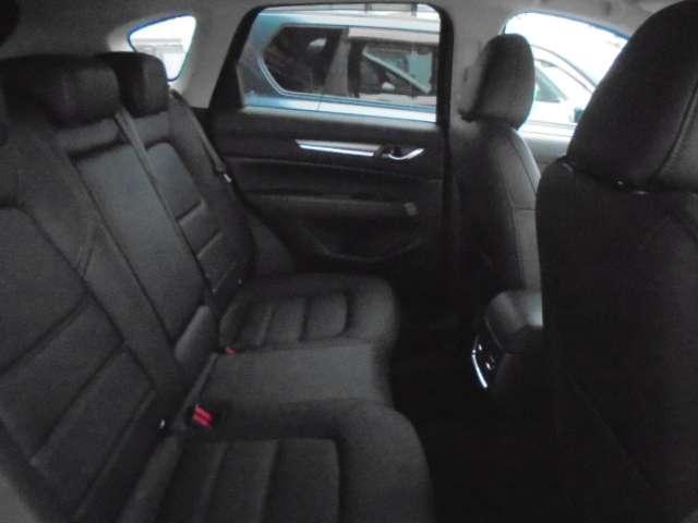 リヤシートです。ドアが大きめに開きますので、乗り降りがしやすく足元は広々としております。