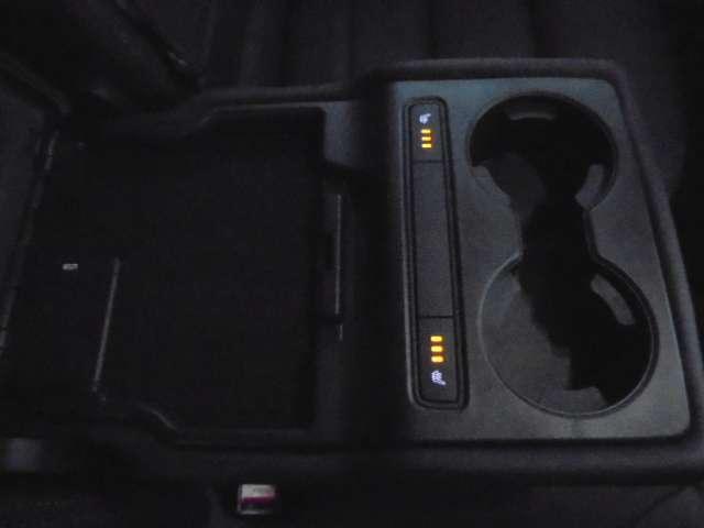 リヤシートのセンターアームレストにはシートヒータースイッチとUSB端子がございます。