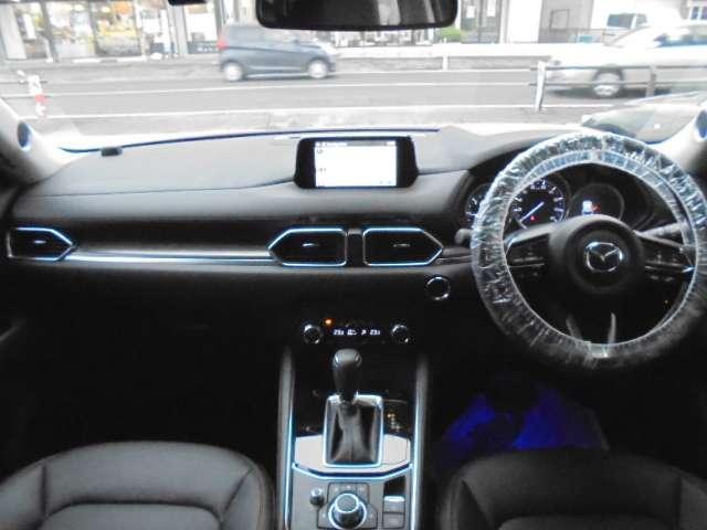 インパネ廻りの写真です。マツダコネクトメモリーナビ付きですので、ドライブやご旅行にとても便利です。