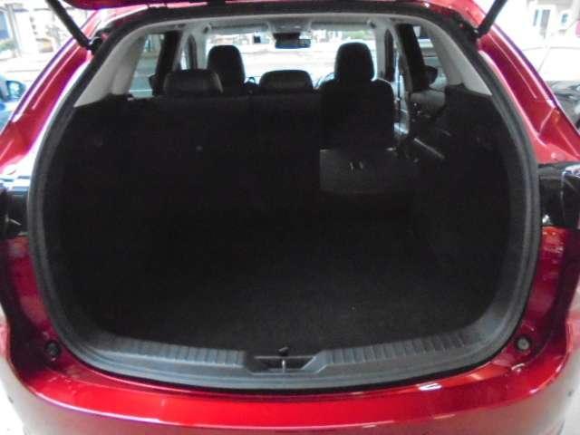 リヤシートの背もたれは7:3の分割で倒す事が可能ですので、乗車人数やお荷物の量によってアレンジが可能です。