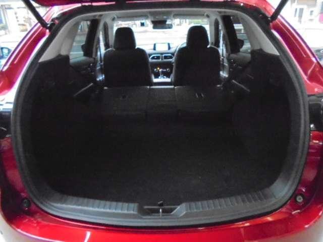 リヤシートを左右共倒しますと大きなスペースが確保出来ます。