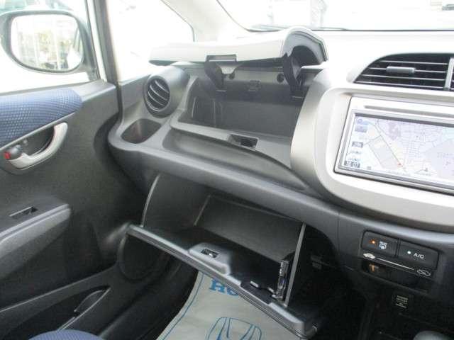 助手席前には大きく開口するグローブボックスと蓋つき収納スペースもあり便利な空間です。