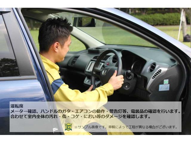 運転席:メーター確認、ハンドルのガタ・エアコンの動作・警告灯等、電装品の確認を行います。合わせて室内全体の汚れ・傷・コゲ・におい等の確認を