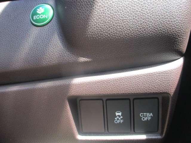 燃費を抑えるECON、横滑りを防ぐVSA、衝突被害軽減ブレーキ(CTBA)のスイッチ類は運転席の右側、手の届きやすい位置にあります。
