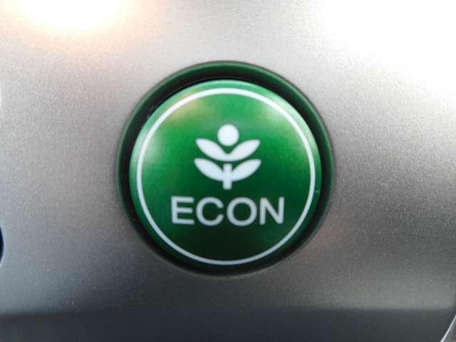 グリーンの【ECONスイッチ】はエンジンだけでなくエアコンなども含めてクルマ全体を燃費優先で自動制御するECONモード。早く車内を涼しくしたい夏場など空調を優先したい時には、スイッチを押してOFFにで