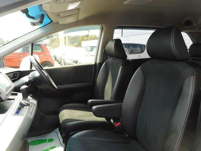 ゆとりのサイズと十分な厚みで豊かな座り心地!ロングドライブでも疲れにくいシートです。ウォークスルーがしやすい丸い肩、後ろの席のゆとりも考えた背面形状など、機能を踏まえたスマートなデザイン!
