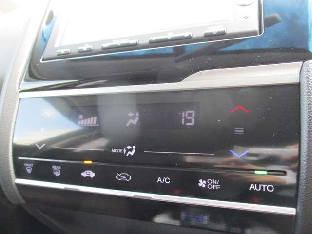 フルオート・エアコンディショナー。スマートフォンのような操作感をかなえる静電式タッチパネルを採用しています。