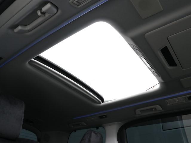 開放感あふれるムーンルーフを装備です。 爽やかな季節にはオープンカーの気分でドライブ出来ますね。 暗くなりがち車内でも明るく清々しい気持ちになりますよ。