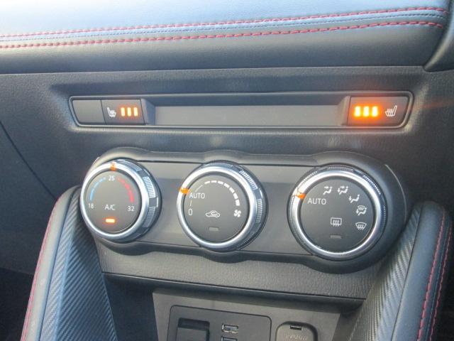 空調は室内を設定温度に保つよう、風量や吹き出しモードを自動調整するフルオートエアコンを装備。またシートには状況に合わせて温度を3段階に調節できるシートヒーターを標準装備。