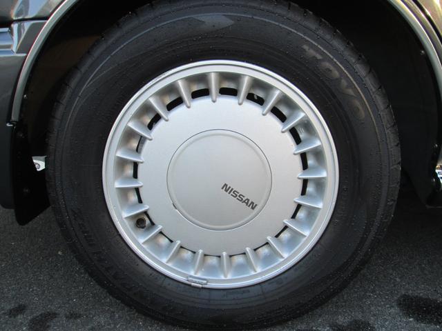 純正アルミホイール綺麗です。タイヤの溝もバッチリあります。