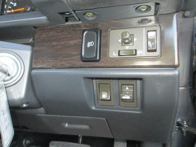 電動格納ドアミラー・フォグランプ・給油口・トランクオープナーなどスイッチ類です。
