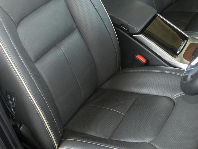 シート表面の微細な孔に空気を通すことにより、快適な温度と湿度に保つパーフォレーテッドレザーシートを装備。