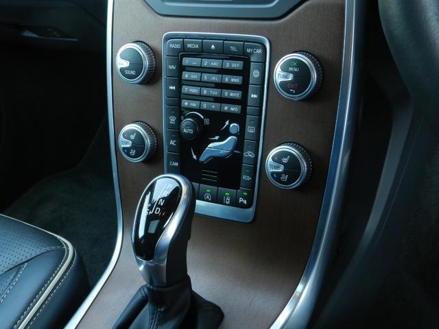 ボルボ伝統の直感的に操作できるオーディオ・エアコンスイッチです。寒い時期に便利なシートヒーターも装備しています。