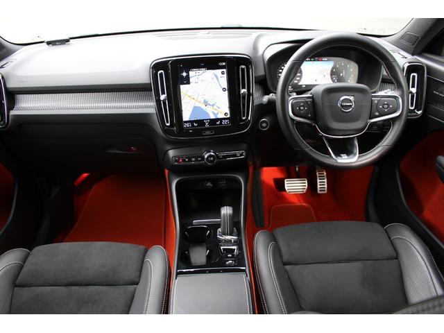 Rデザイン専用のスポーティなインテリア。オプションのLavaオレンジ仕様(ドア内貼り&フロアカーペット)です!