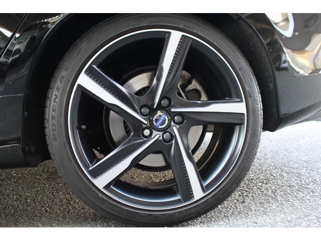 タイヤサイズは235/40R19で、Rデザイン専用アルミホイールが足元をスポーティに仕上げます。