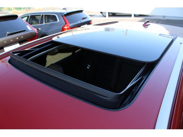 プラスパッケージ(OP価格41万円)を装着しており、チルトアップ機構付電動サンルーフを特別装備。
