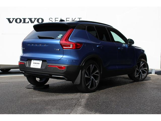 ボディカラーはR-Design専用色のバースティングブルーメタリック。ブラックルーフとの2トーンがスポーティな印象です。