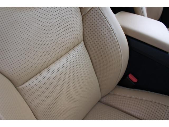 シート表面の小さな穴から空気を通すことで、快適な温度と湿度に保つパーフォレーテッドレザーシートを装備。