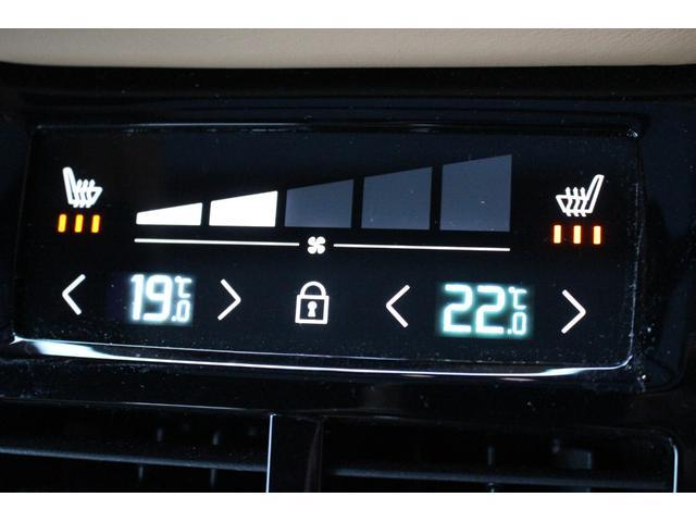 プラスパッケージを装着し、リアもシートヒーター付です。さらにリアエアコンも左右独立して温度調整が可能。