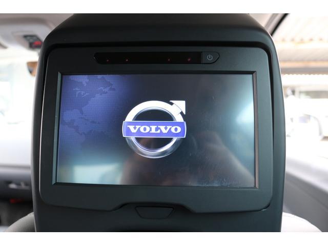 タッチスクリーン式の8インチモニターはDVDプレイヤーを内蔵。さらにワイヤレスヘッドフォンを装備。