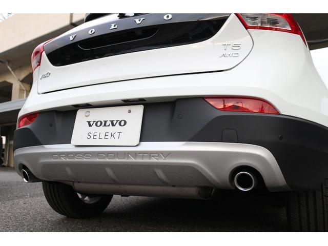 クロスカントリーのロゴが入った専用リアスキッドプレートを装備。AWDのエンブレムが誇らしい後ろ姿です。