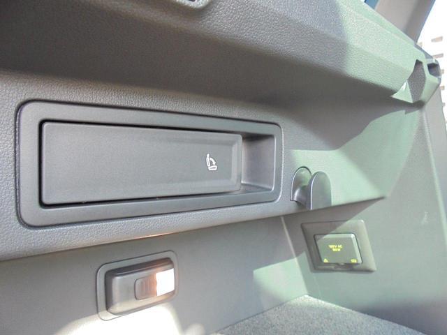 こちらのレバーを使用することで、ラゲージ側から後席を倒すことができます。