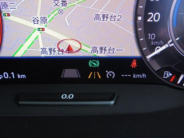 前画像のACCとのコンビネーションでドライバーを更に強力アシストする「レーンキープアシストシステム」も標準装備。システムが車線を認識すると、クルマが車線キープをアシストしてくれる機能です。