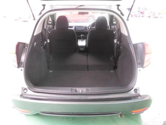 リヤシートを畳むと荷室がさらに広くなります。