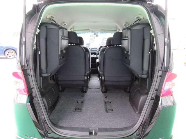 サードシートを畳むと荷室が広くなります。