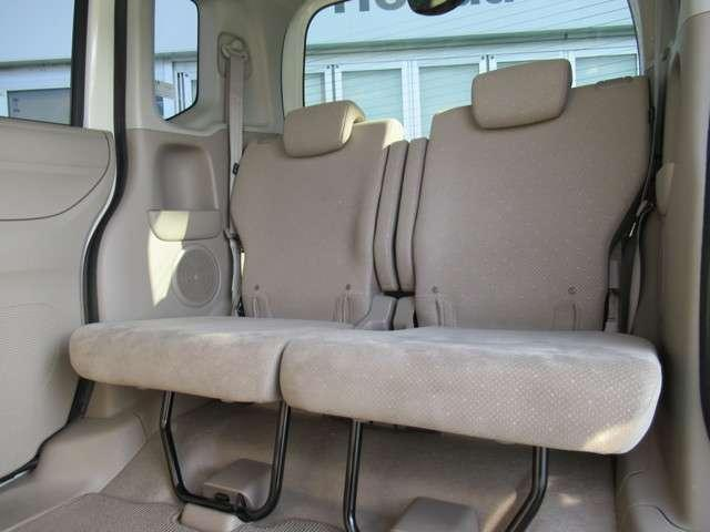 リヤシートの足元が広く、大人でも楽々に座れて快適です。