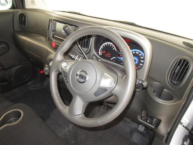シンプルな運転席、運転は軽いハンドル回しで快適なドライブを楽しめます