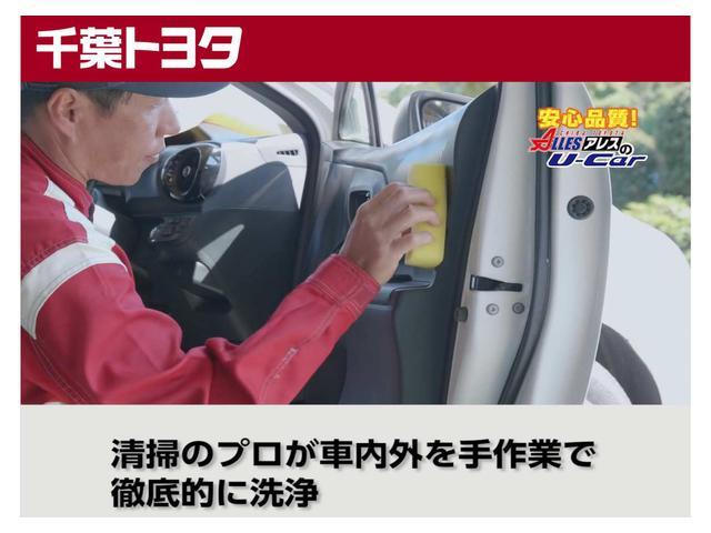 『物流センター』にて清掃のプロフェッショナルが車内外を手作業で徹底的に洗浄しております。