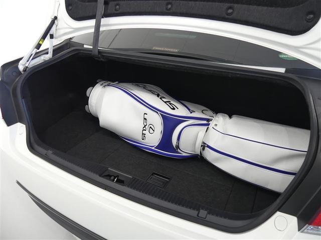 クラウンのトランクはこんなに広いんです、ゴルフバックも数セット収納、実際にお車をご覧頂お試しください。