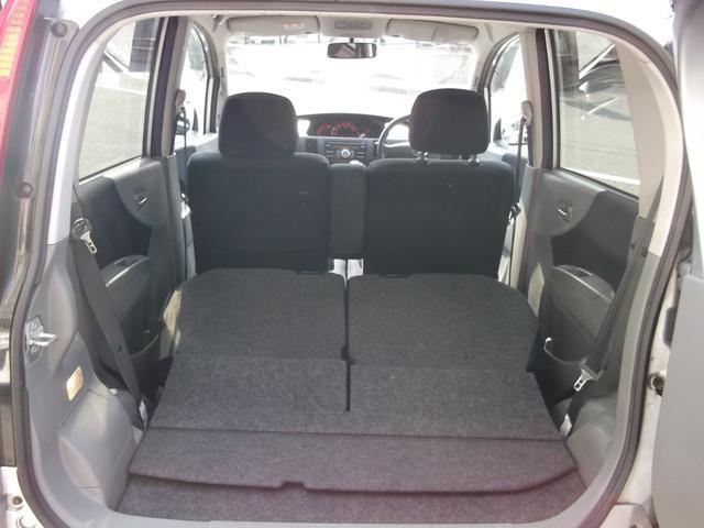 後部座席を倒せば広い空間になります。