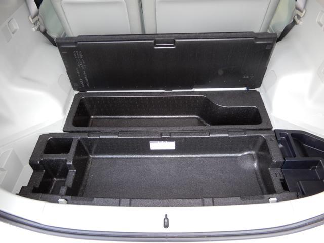荷室床下には大型収納スペースもあります。