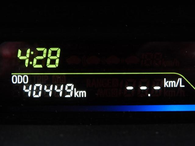 メーター内には、瞬間燃費・平均燃費・航続可能距離等が表示できます。